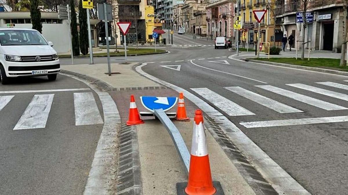 El senyal de trànsit que va fer caure un vehicle, abans de ser retirat per Foment.
