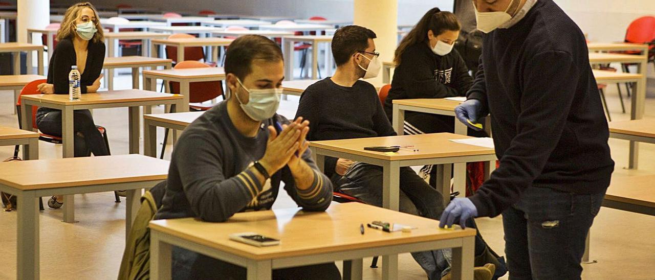 Un grupo de alumnos antes de hacer un examen en el campus de Mieres.