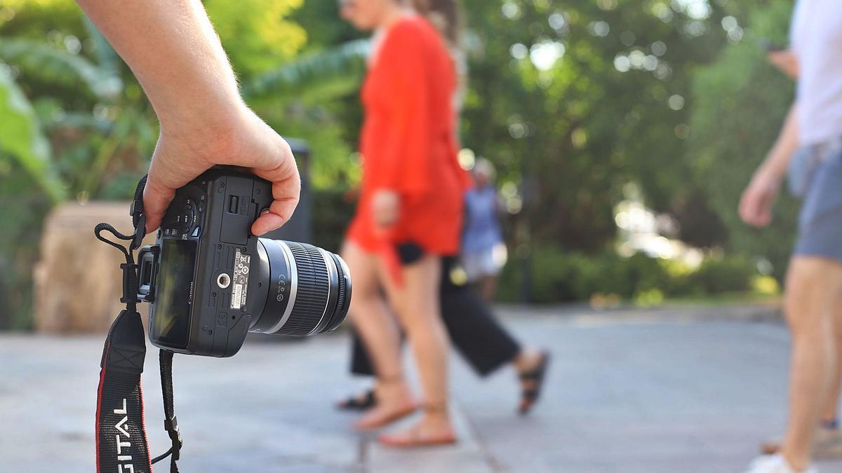 """Als Tourist """"verkleidet"""" und mit Kamera in der Hand fallen Privatdetektive den meisten Passanten gar nicht auf."""