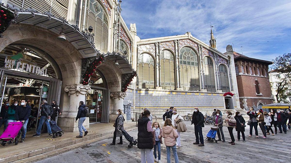 Los clientes tuvieron que esperar para  entrar al Mercado Central.  levante-emv