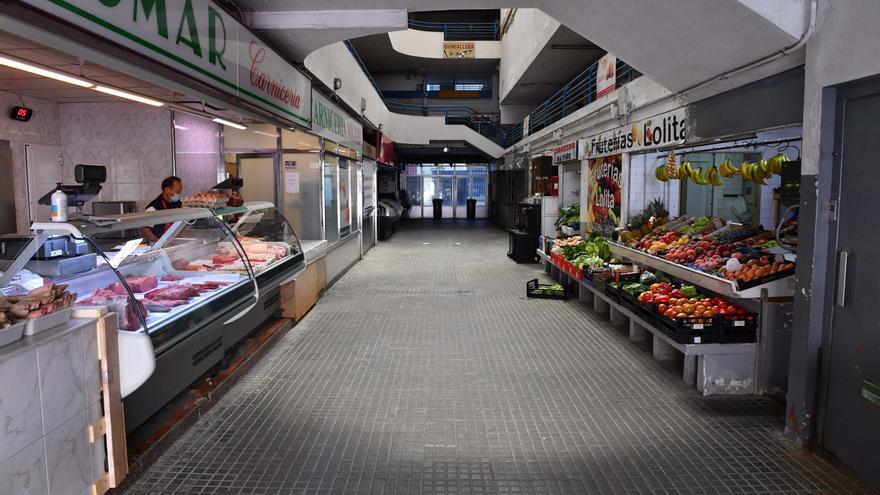 Los puestos de alimentación y ropa de Santa Lucía dejarán el mercado el 31 de agosto