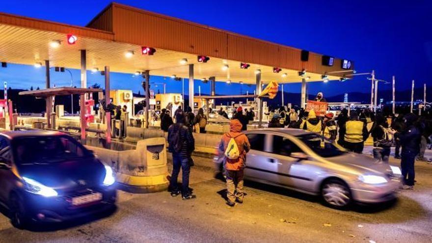 Los CDR levantan las barreras de varias autopistas en plena operación retorno