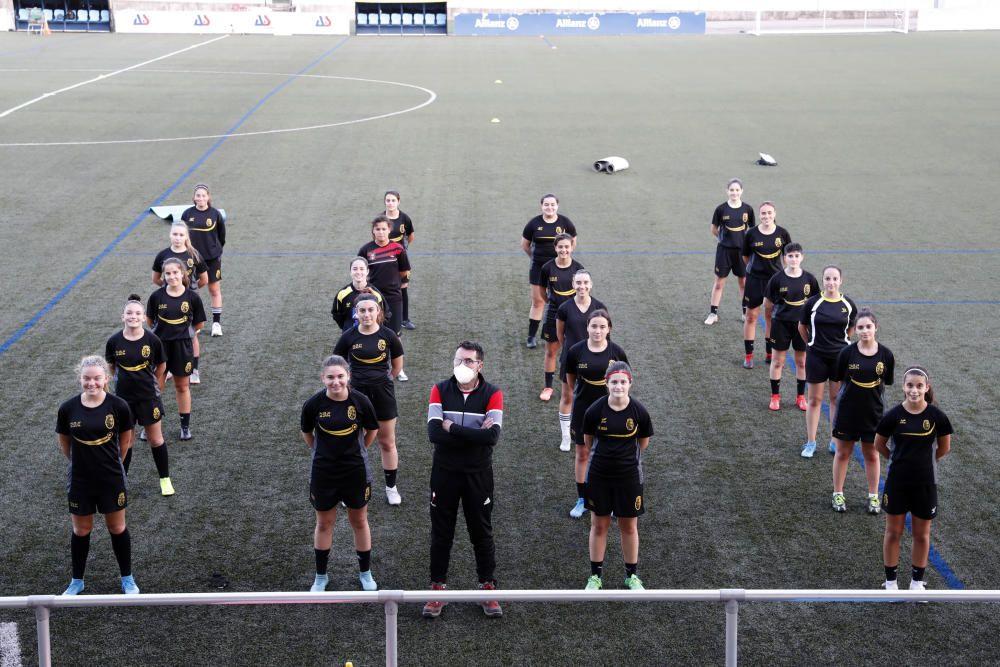 Alejandro Gómez con las jugadoras de la U.D. Mos, en As Baloutas. // José Lores