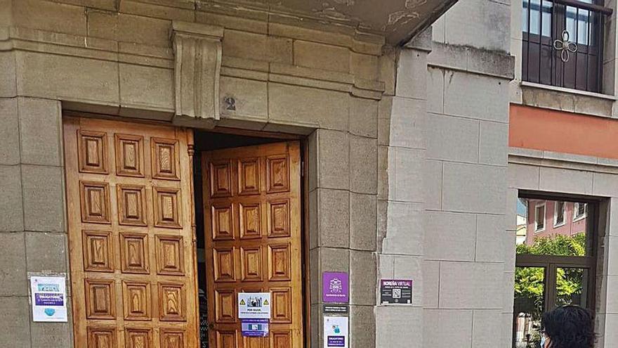 Puerta entreabierta en la Villa Condal