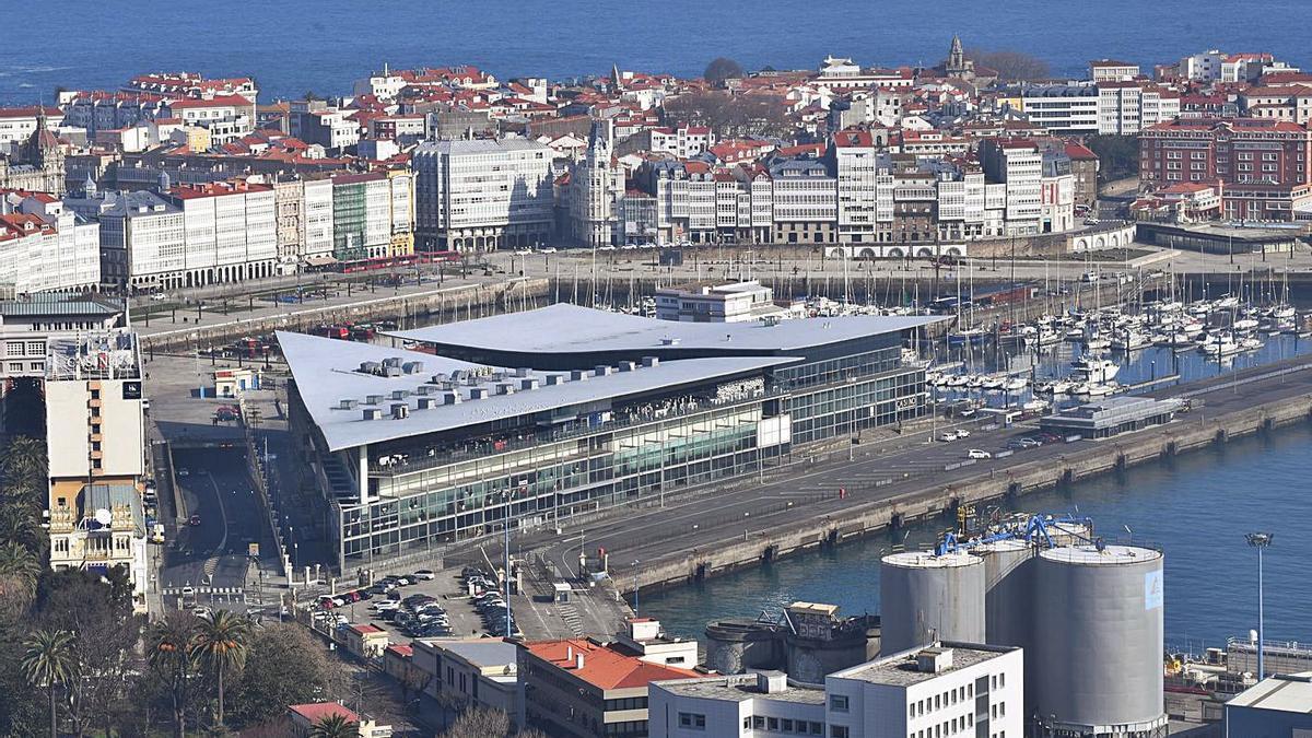 Muelles de transatlánticos y Batería y la avenida do Porto.   | // CARLOS PARDELLAS