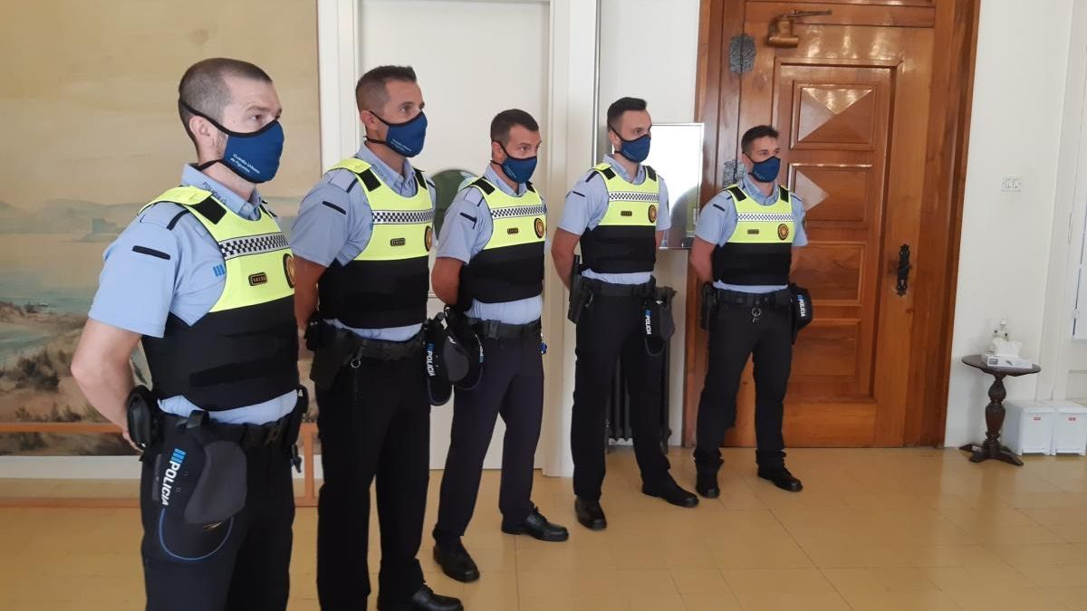 Els cinc nous agents de la Guàrdia Urbana.