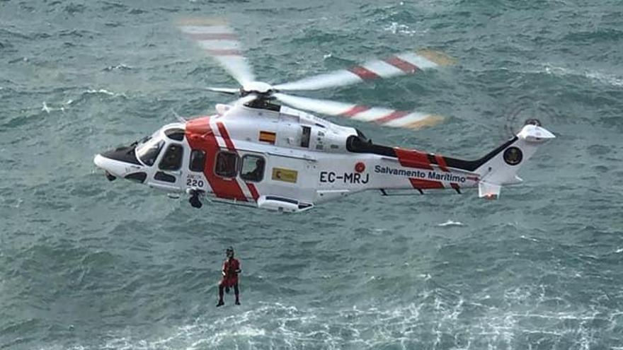 Rescatan a dos jóvenes tras precipitarse en coche por los acantilados de Bahía Azul