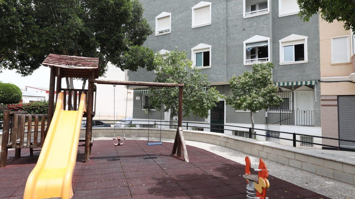 Inmediaciones de la vivienda de La Hoya donde vive la pareja detenida tras la muerte de un bebé de la madre.