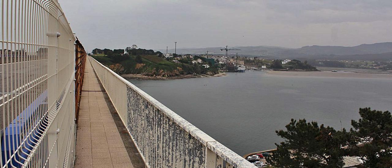En primer término, la acera del puente; a la derecha, el estuario, y al fondo, Figueras. | T. Cascudo