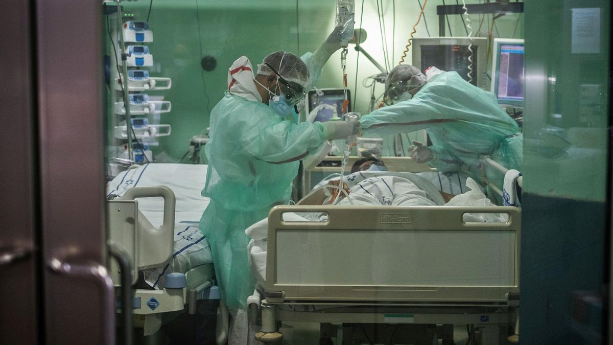 Los especialistas de la UVI del HUC atienden a un paciente Covid.
