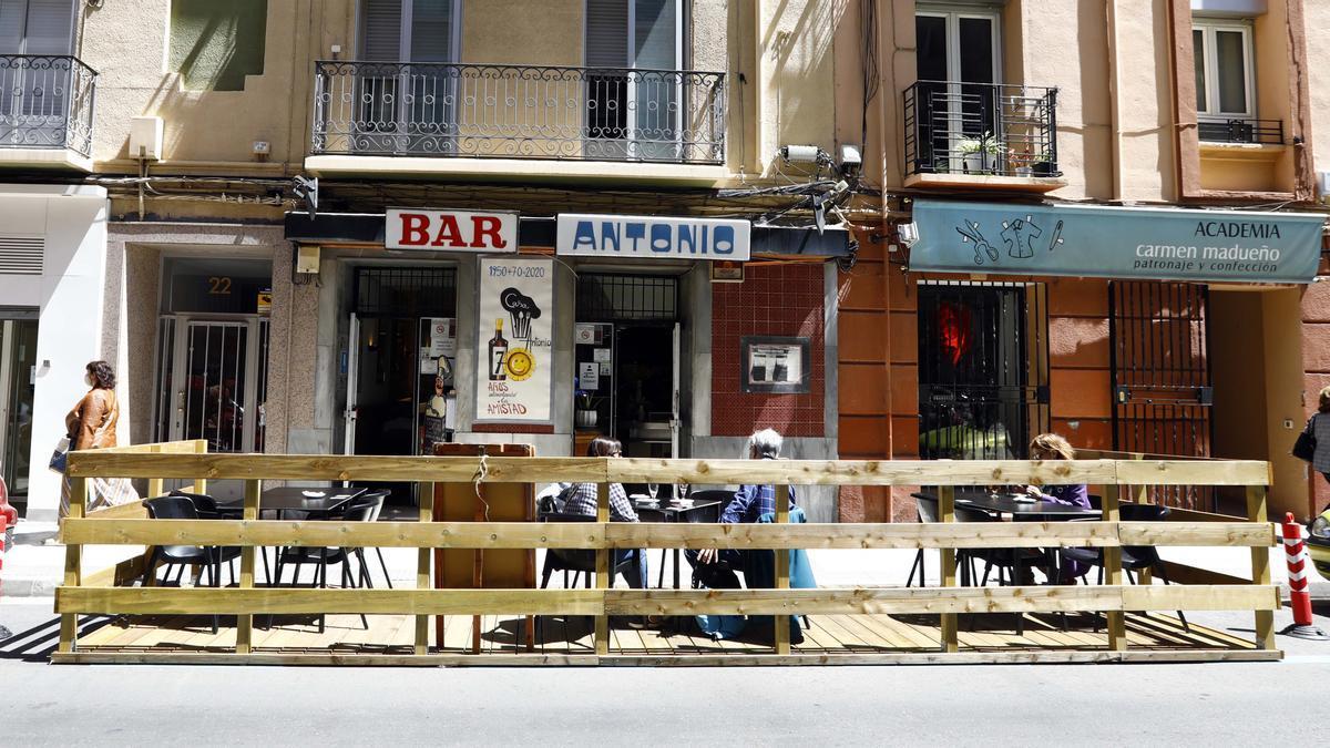 Una terraza de un establecimiento de la calle Dato.