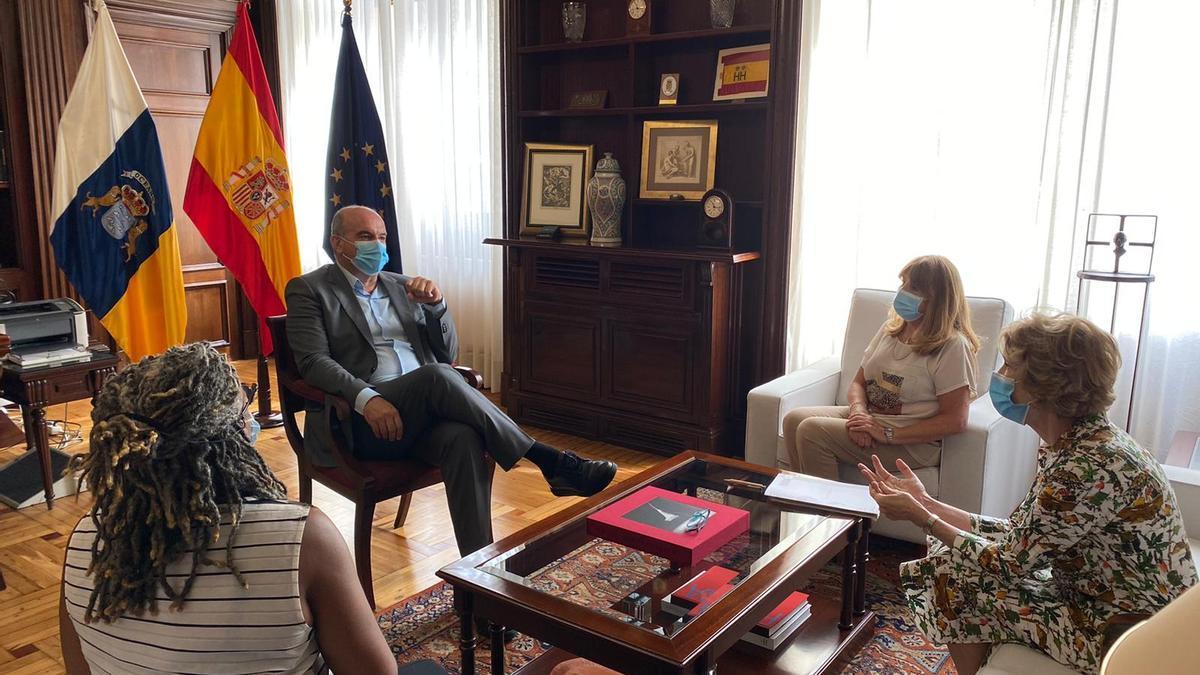Reunión de Anselmo Pestana con representantes diplomáticas del Reino Unido