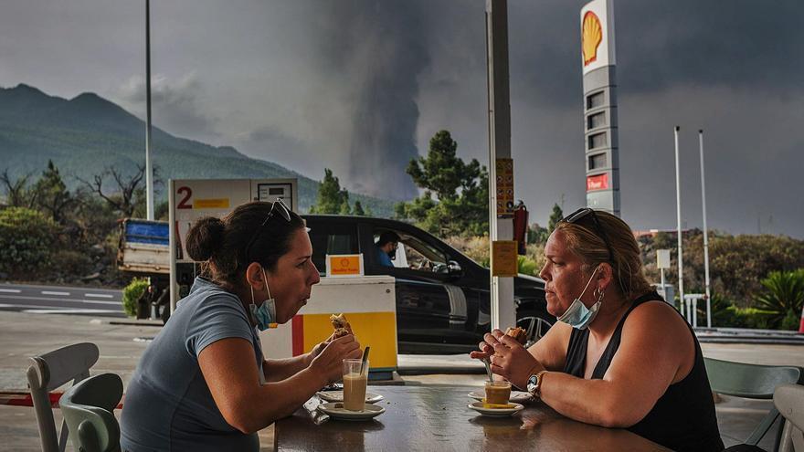 El volcán y la lava 'respetan' las comunicaciones con la Isla Bonita