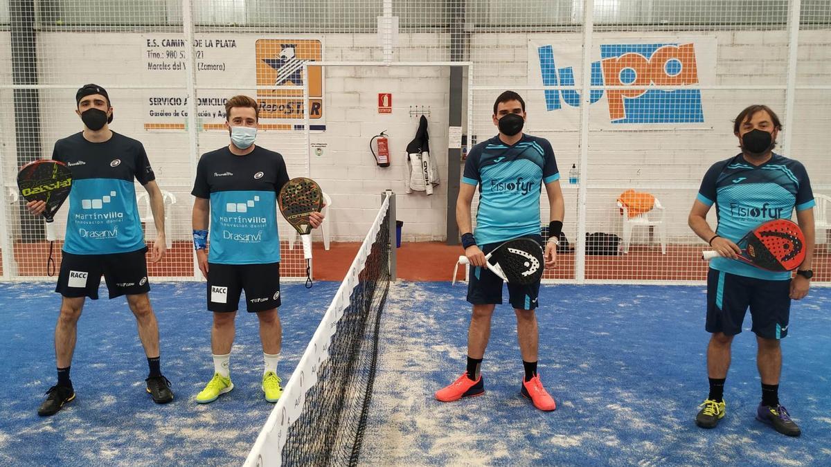 Pablo Segurado y Chefo posan junto a sus rivales.