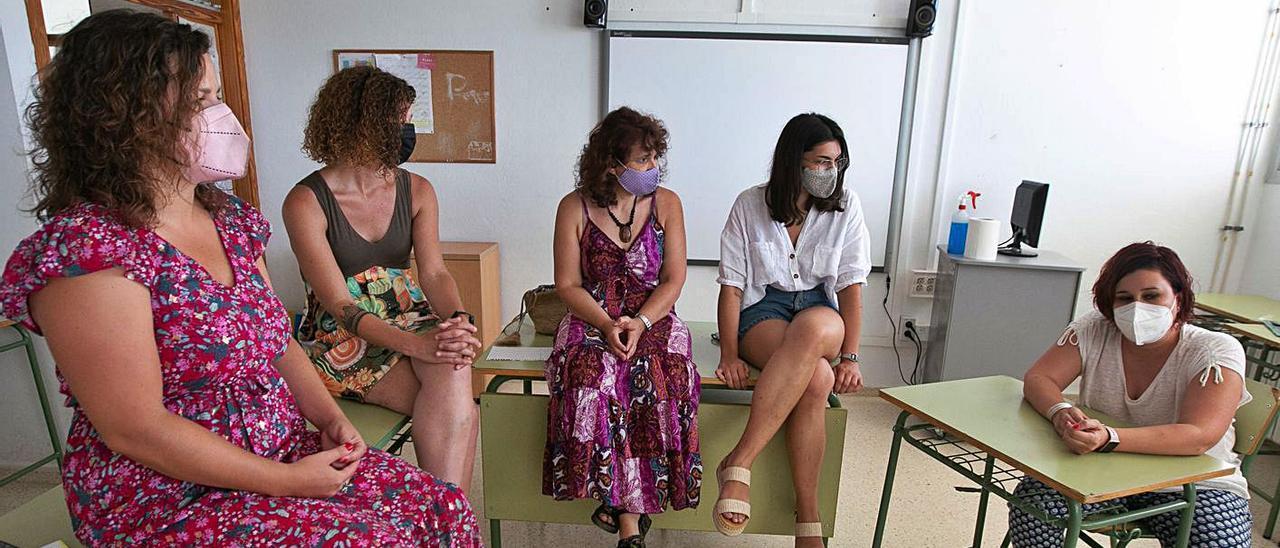 Las educadoras sociales, ayer en el instituto Algarb durante la entrevista.