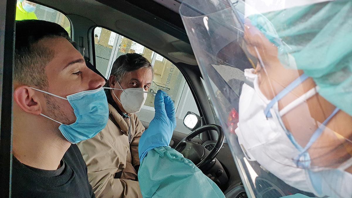 Prueba de coronavirus en el 'autoCovid' del Meixoeiro