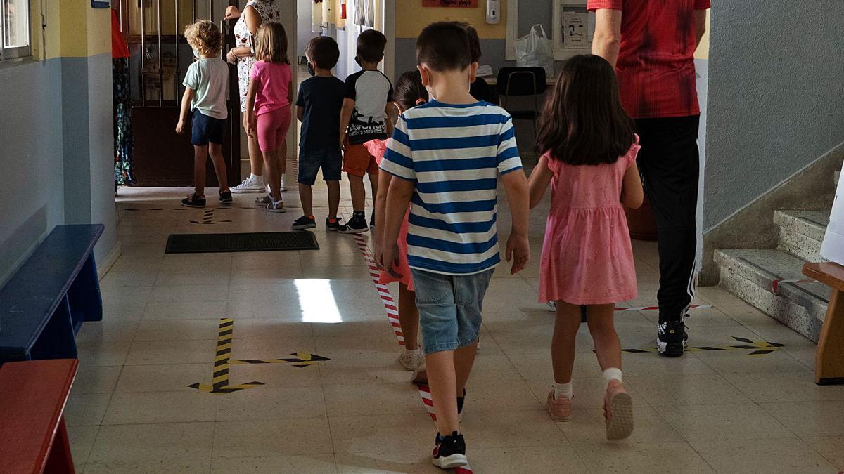 Alumnos del colegio Gonzalo de Berceo se dirigen al patio del centro.