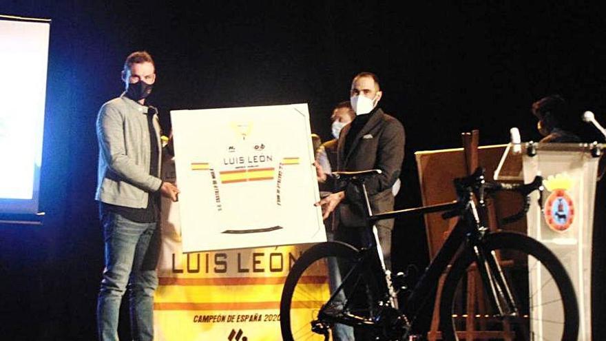 Luis León Sánchez recibe un emotivo homenaje en Mula