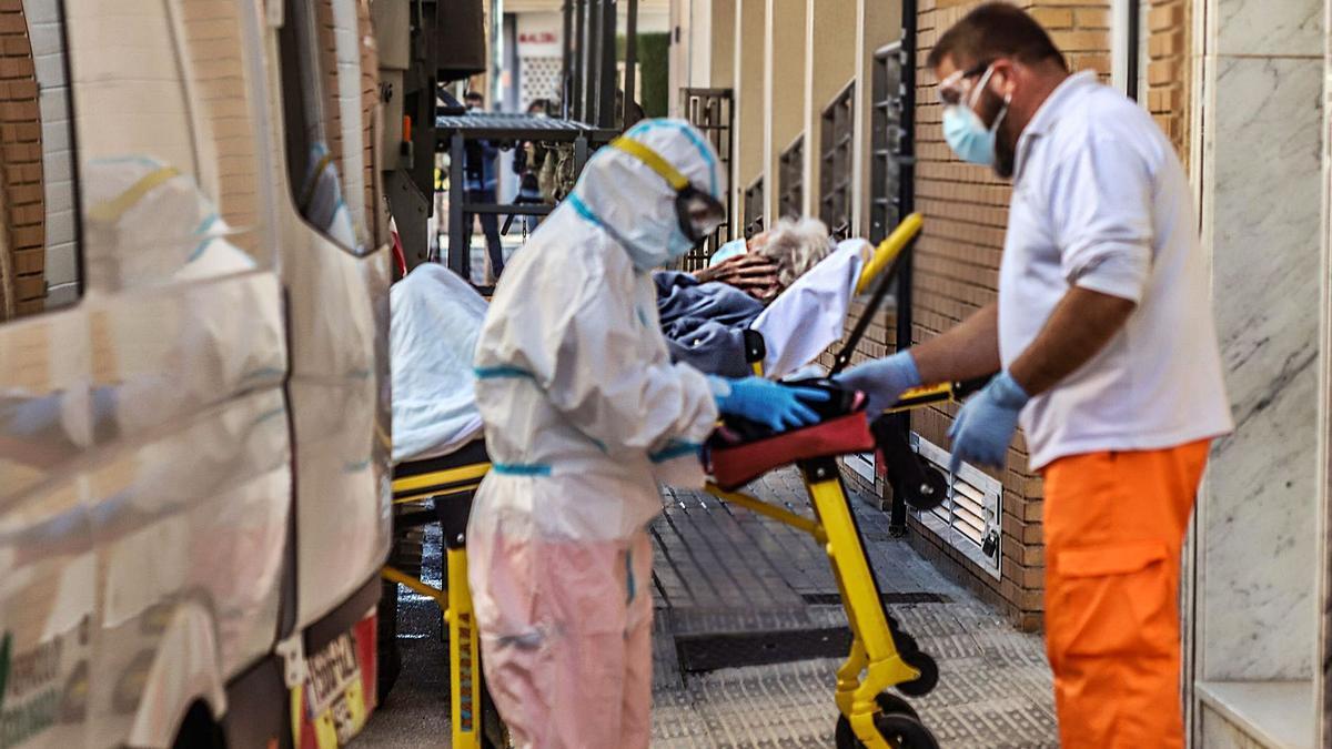 Traslado de ancianos de una residencia afectada por un brote de coronavirus en Formentera del Segura. |