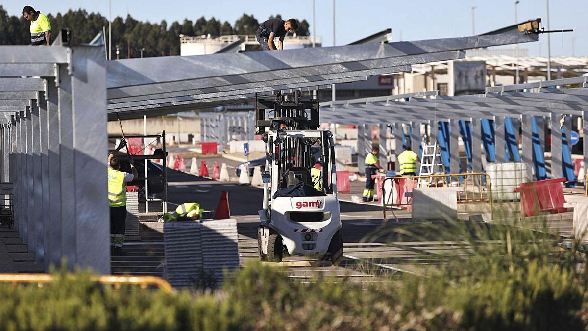 Varios operarios, ayer, trabajando en el aeropuerto de Asturias, cerrado al tráfico.