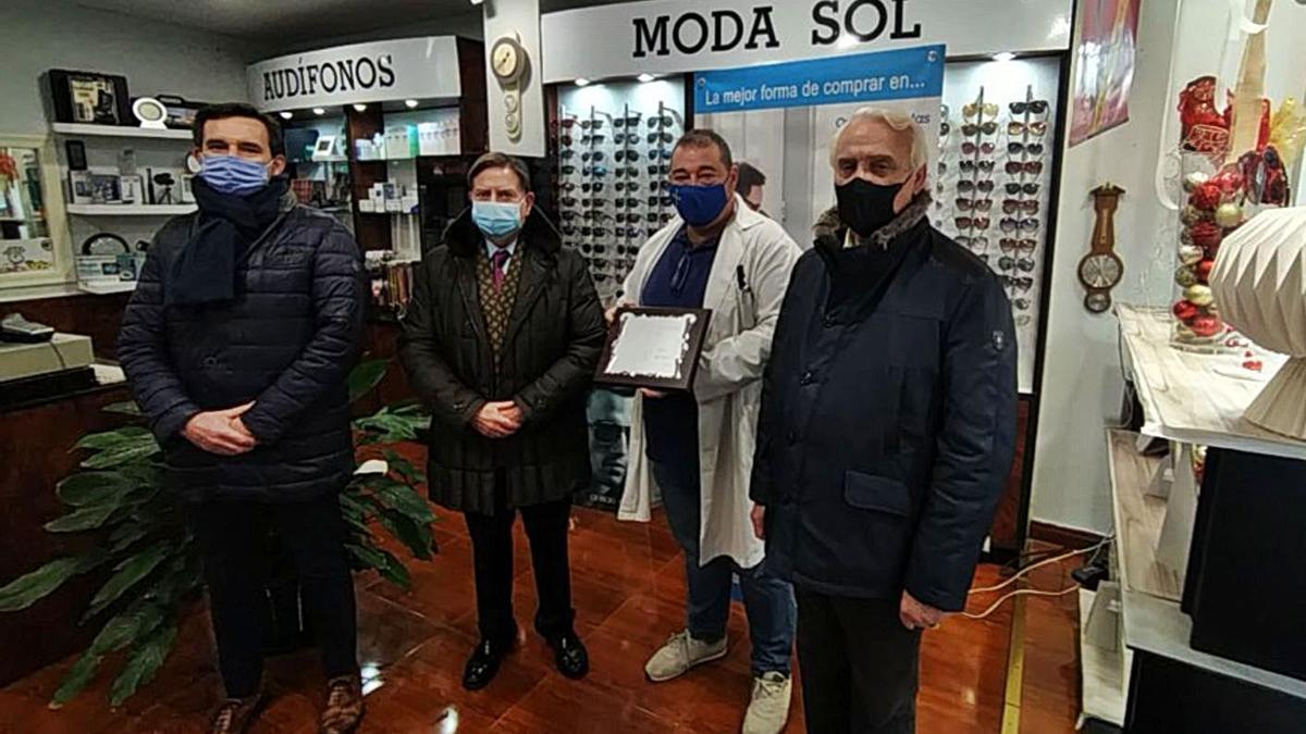 Por la izquierda: Javier Cuesta, Alfredo Canteli, Rafael Navarro y Emilio Pérez Caicoya, ayer, en la entrega del premio. | F. T.