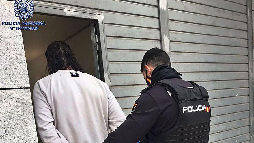 Una mujer se topa con un ladrón dentro de su coche en Ibiza