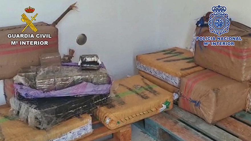Una narcopatera llega a Lanzarote con 263 kilos de hachís y 32 migrantes
