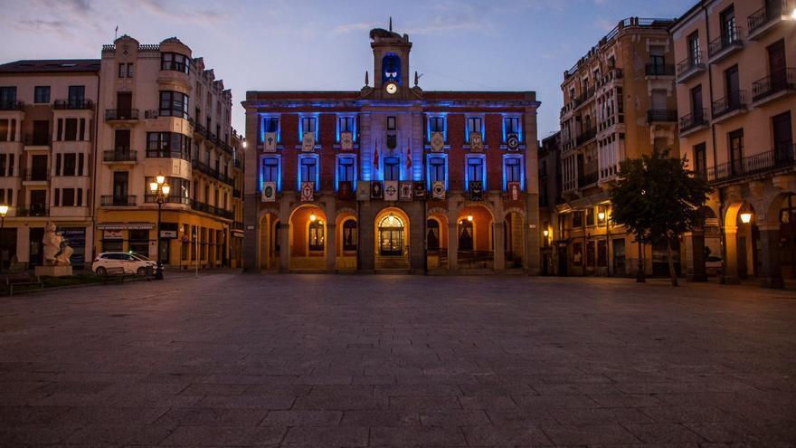 El Ayuntamiento se ilumina de azul como color identificativo de la neumonía