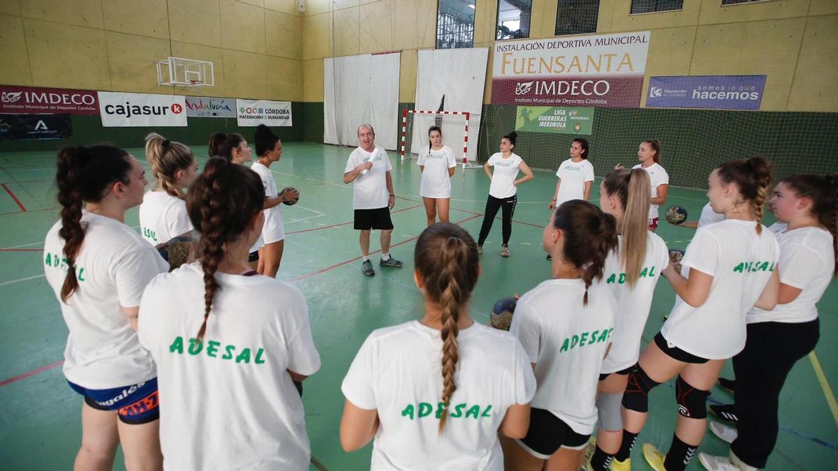 El entrenador del Adesal Córdoba, Rafa Moreno, en un entrenamiento del equipo.