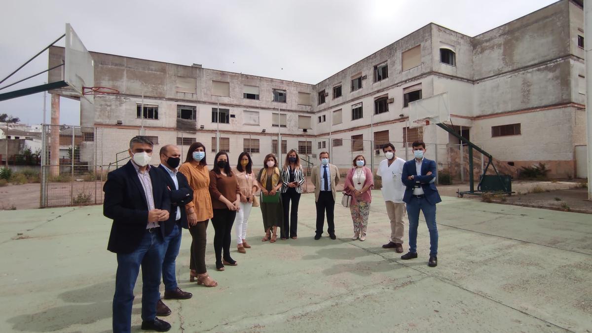 La delegada de Salud, la alcaldesa y autoridades, junto al antiguo instituto, donde se construirá el nuevo centro de salud.