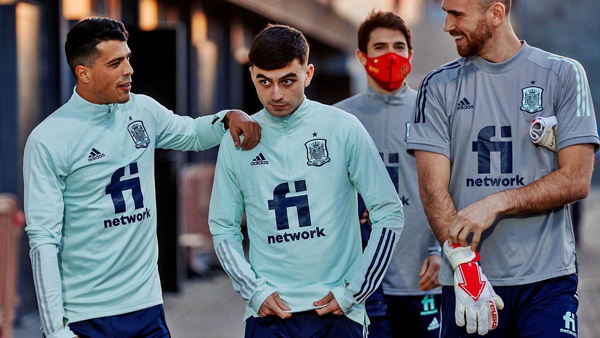 Pedri, en el centro, junto a Pedro Porro y Unai Simón en la concentración de la selección. |  // EFE
