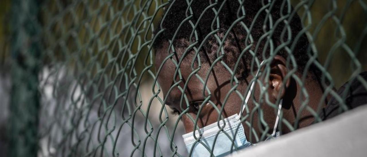 Un migrante apoyado en la valla del campamento de Las Canteras. | | ANDRÉS GUTIERREZ