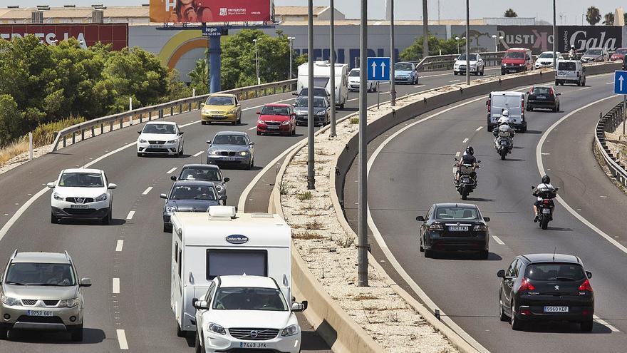 Un accidente de camión provoca colas kilométricas en la A-7 en Elche