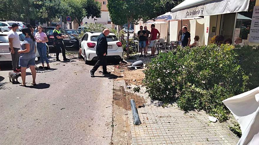 Un conductor begut envesteix la terrassa d'un restaurant a Roses