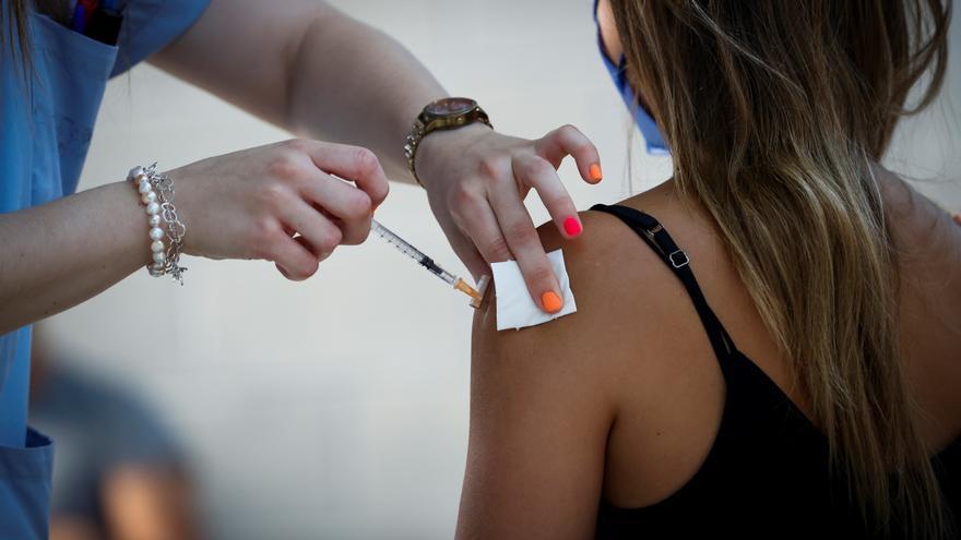 ¿Qué dicen los científicos sobre administrar una tercera dosis de la vacuna?