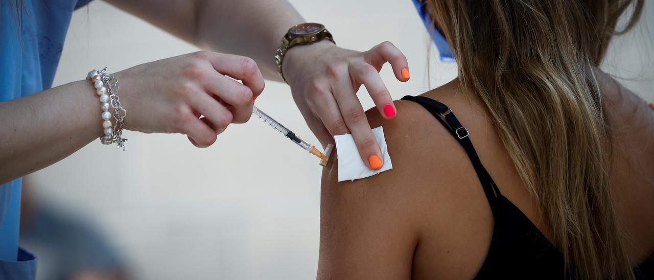 ¿Una tercera dosis de vacuna? Aún no hay suficientes evidencias científicas