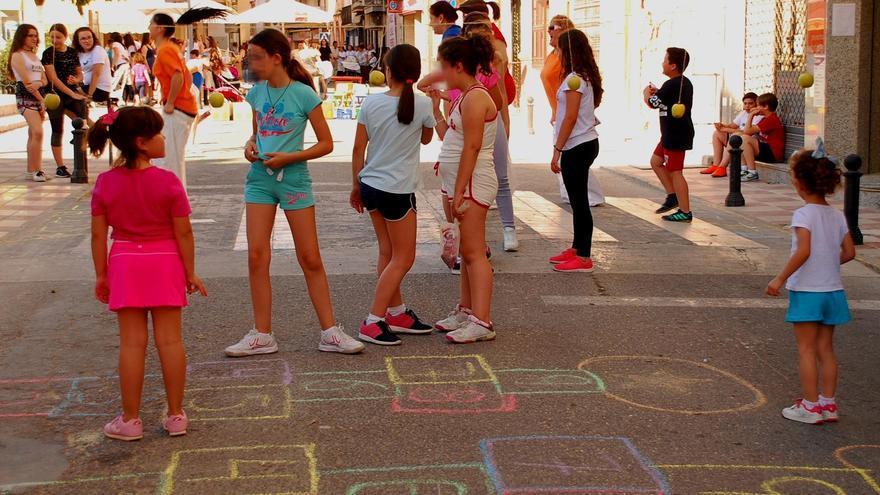 Moriles convierte su avenida principal en un paseo peatonal para celebrar un encuentro vecinal