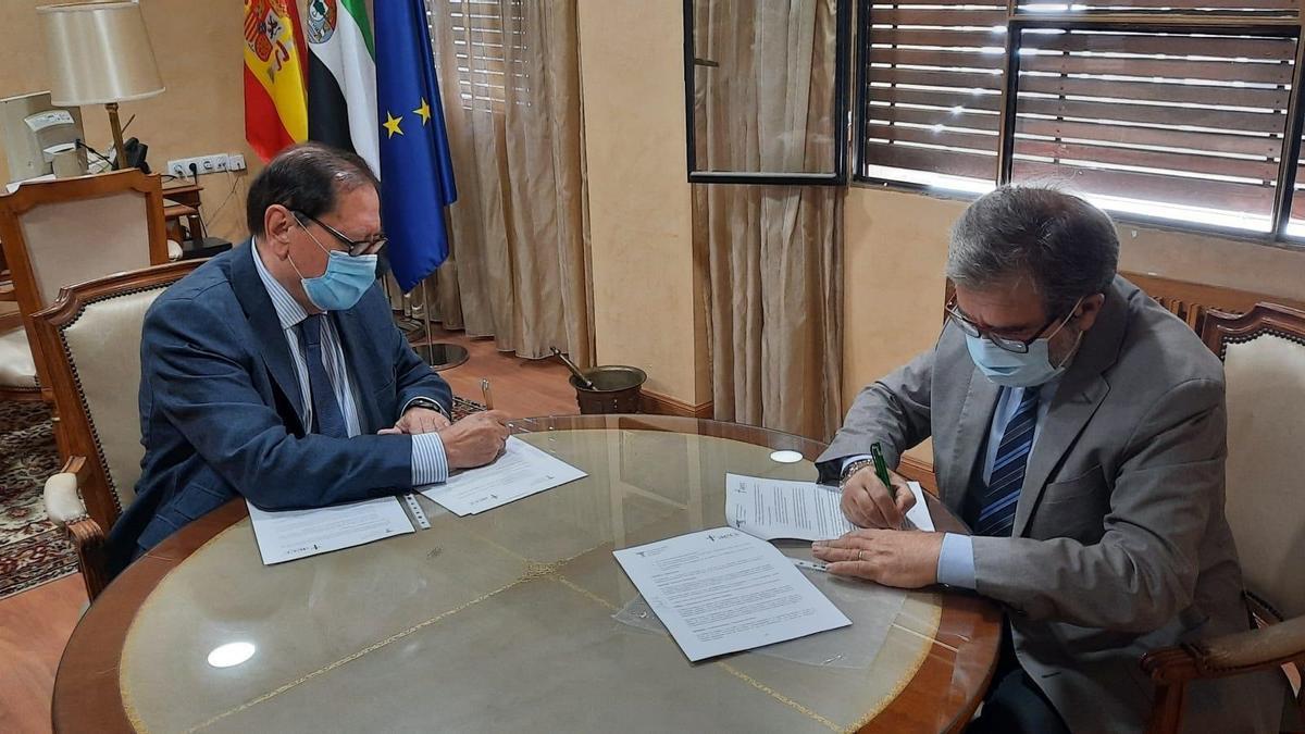 Momento de la firma del acuerdo entre farmacéuticos y asociación contra el cáncer.