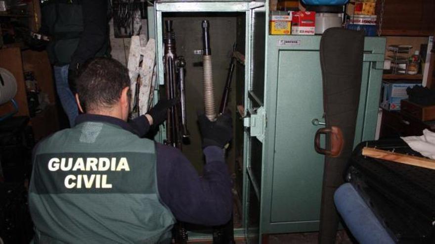 Desmantelado un taller clandestino para reparar armas en Pazos de Borbén