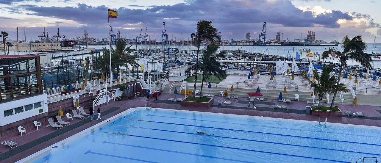 Vista de la piscina y la marina del Club Náutico de Gran Canaria, construidos en suelo otorgado en concesión por la Autoridad Portuaria de Las Palmas. | | ANDRÉS CRUZ
