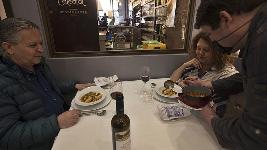 La Ascensión vuelve a las calles de Oviedo dos años después: El concurso de los quesos de autor, plato fuerte del primer día