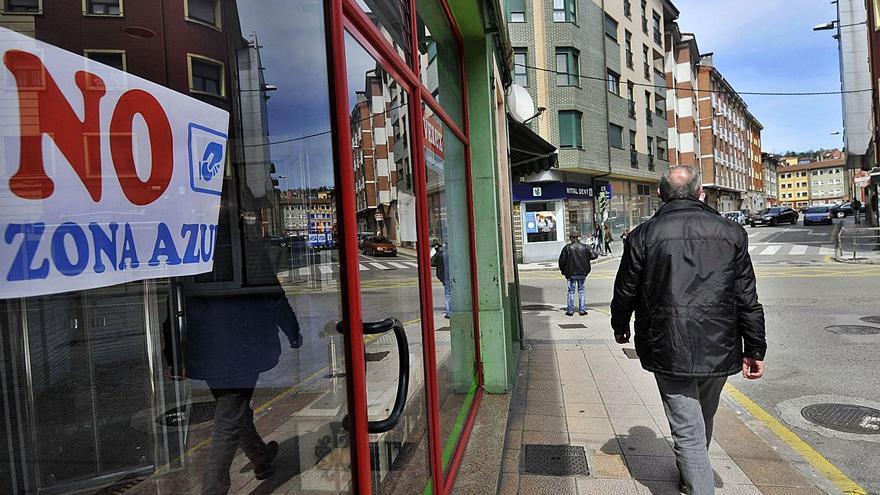 """El comercio de Langreo renuncia a la zona azul: """"Hay parkings y estamos en crisis"""""""