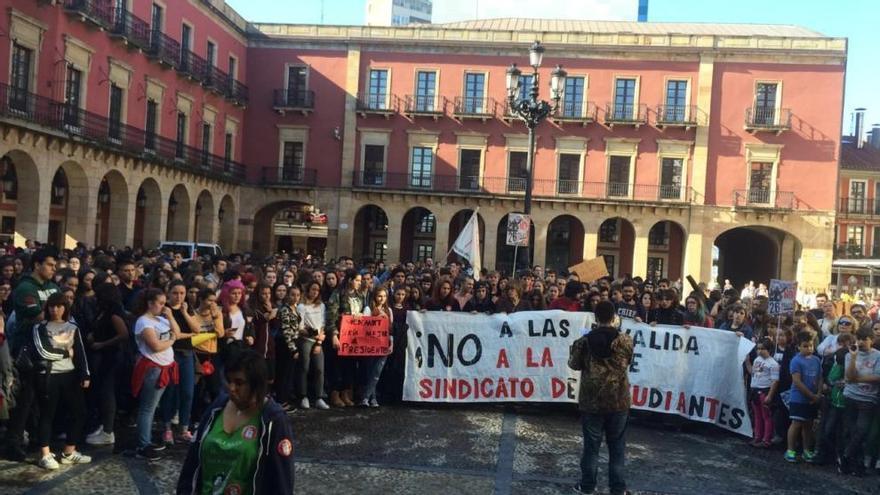 Cientos de estudiantes se manifiestan por Gijón contra la reforma educativa