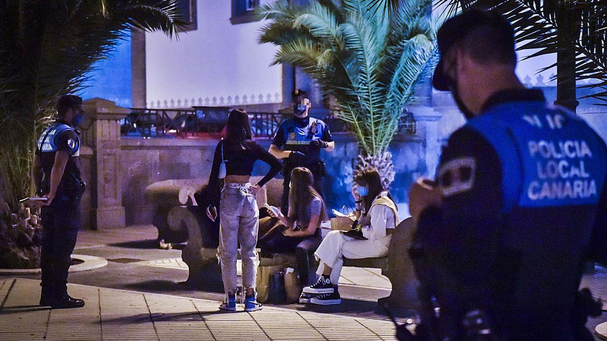 Agentes de la Policía Local controlan el consumo de alcohol en la Alameda de Colón, en una imagen de archivo.     ANDRÉS CRUZ