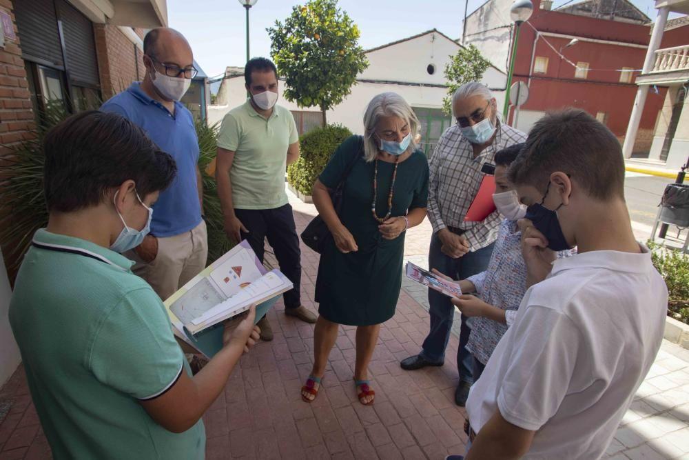 El colegio de Alfarrasí entrega al Departamento de Salud Xàtiva-Ontinyent la publicación Gràcies!