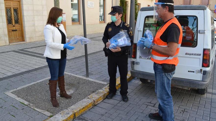 Xixona reparte más de 200 pantallas de protección anticontagio
