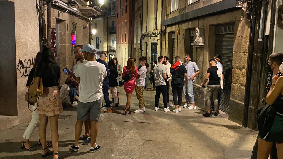 Un grupo de jóvenes disfruta de la primera noche del ocio nocturno en Ourense