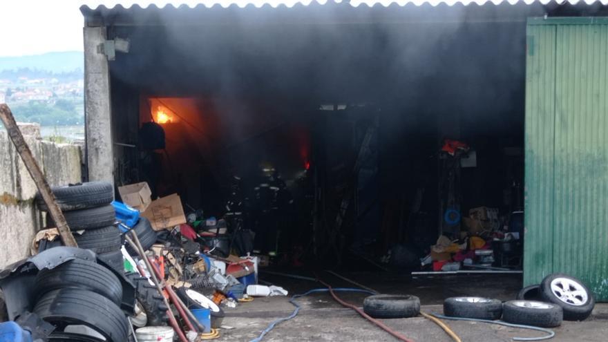 Calcinado un coche y una cabina de pintura en el incendio de un taller en Sanxenxo
