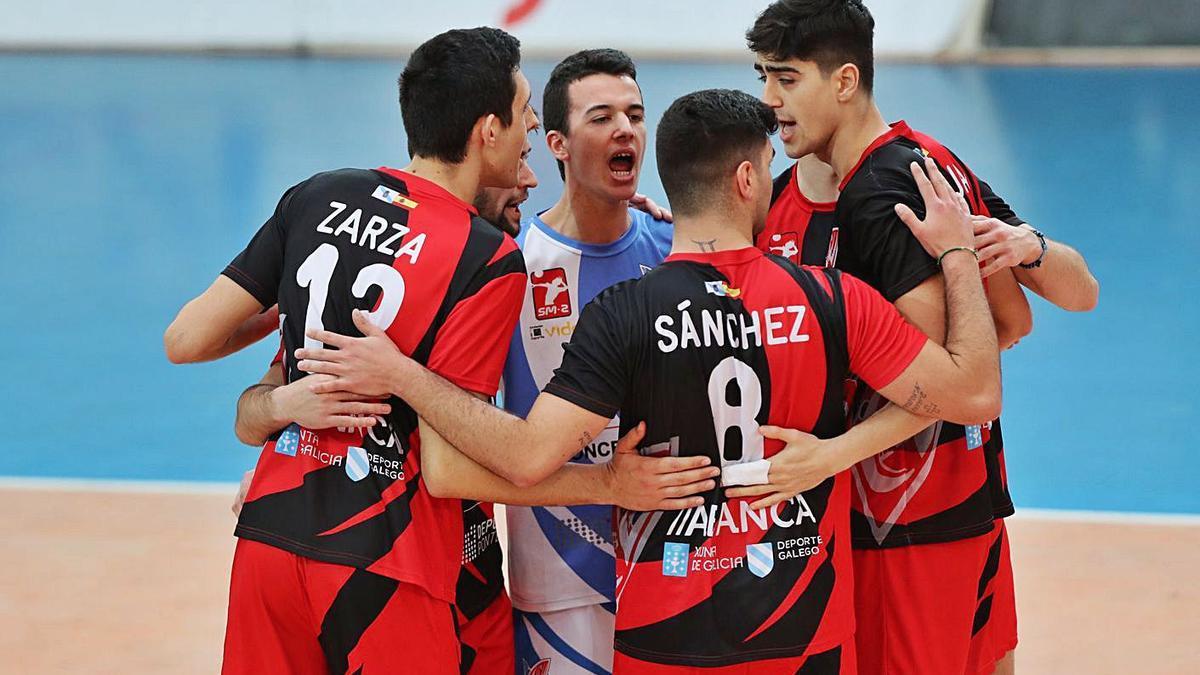 Los jugadores del Club Vigo festejan un punto en un partido disputado en Coia. |  // RICARDO GROBAS