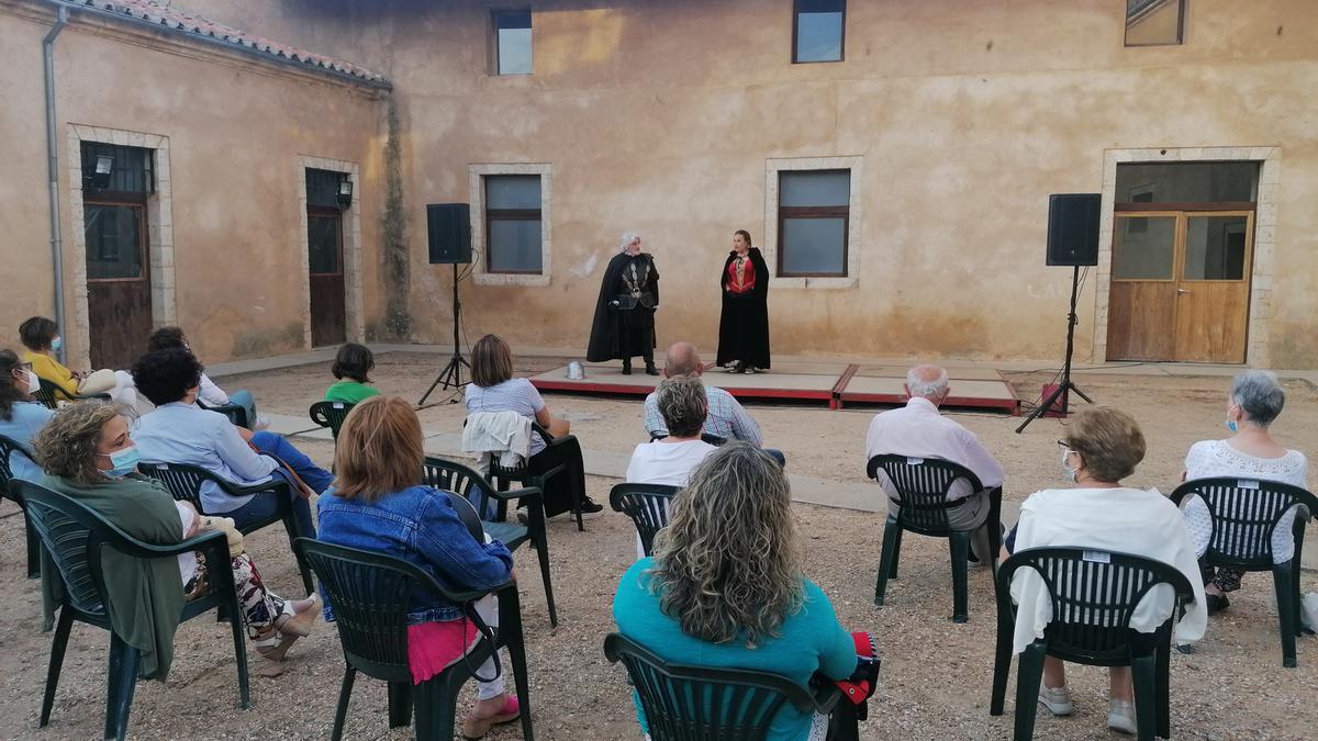 """El público disfruta de la representación de """"Si al alba la victoria"""" en el patio del Alcázar"""